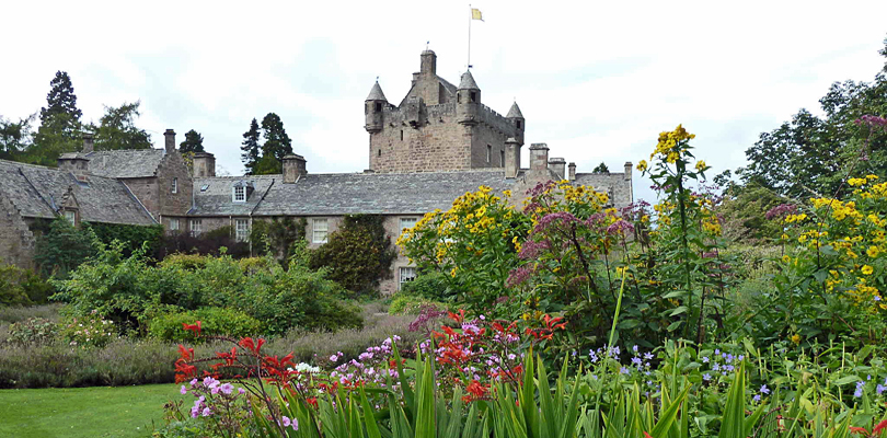 CRUCEROS FLUVIALES ESCOCIA CRUCEROS FLUVIALES HIGHLANDS CRUISES SCOTLAND SOTTISH HIGHLANDER CRUISES BARGE CRUISES SCOTLAND UNITED KINGDOM CRUISES FAMILY CRUISES SCOTLAND CHARTER CRUISES CAWDOR CASTLE SCOTLAND CASTLES